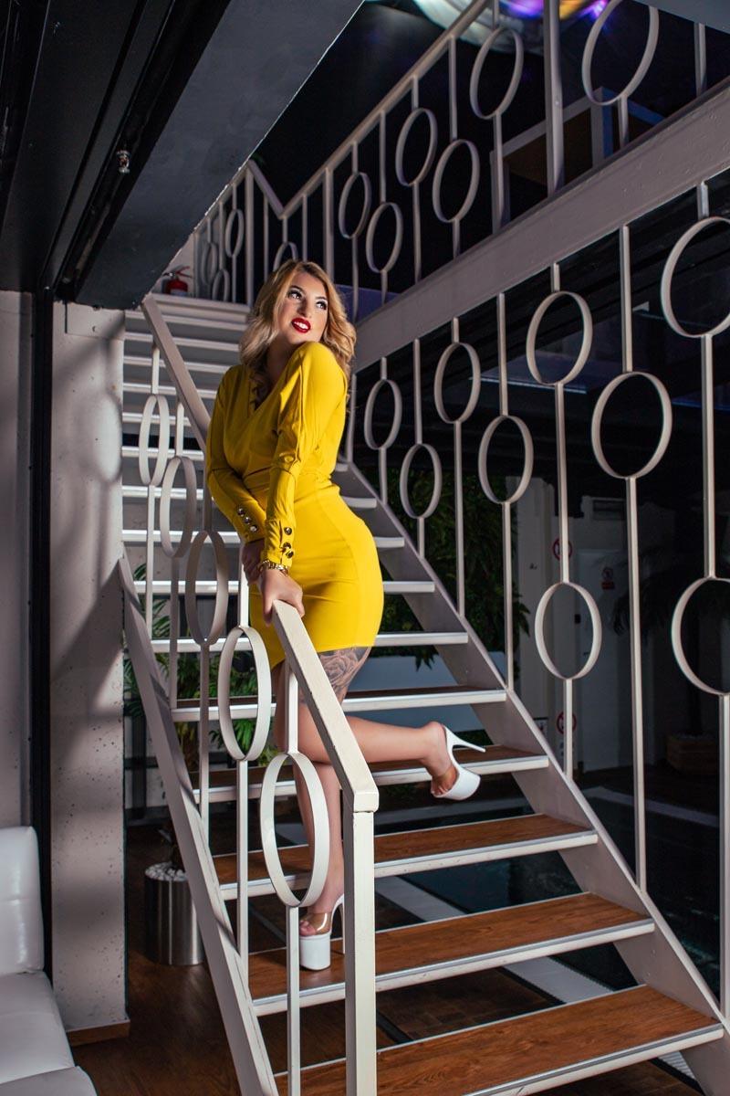 Glamour foto - blondýnka na schodech