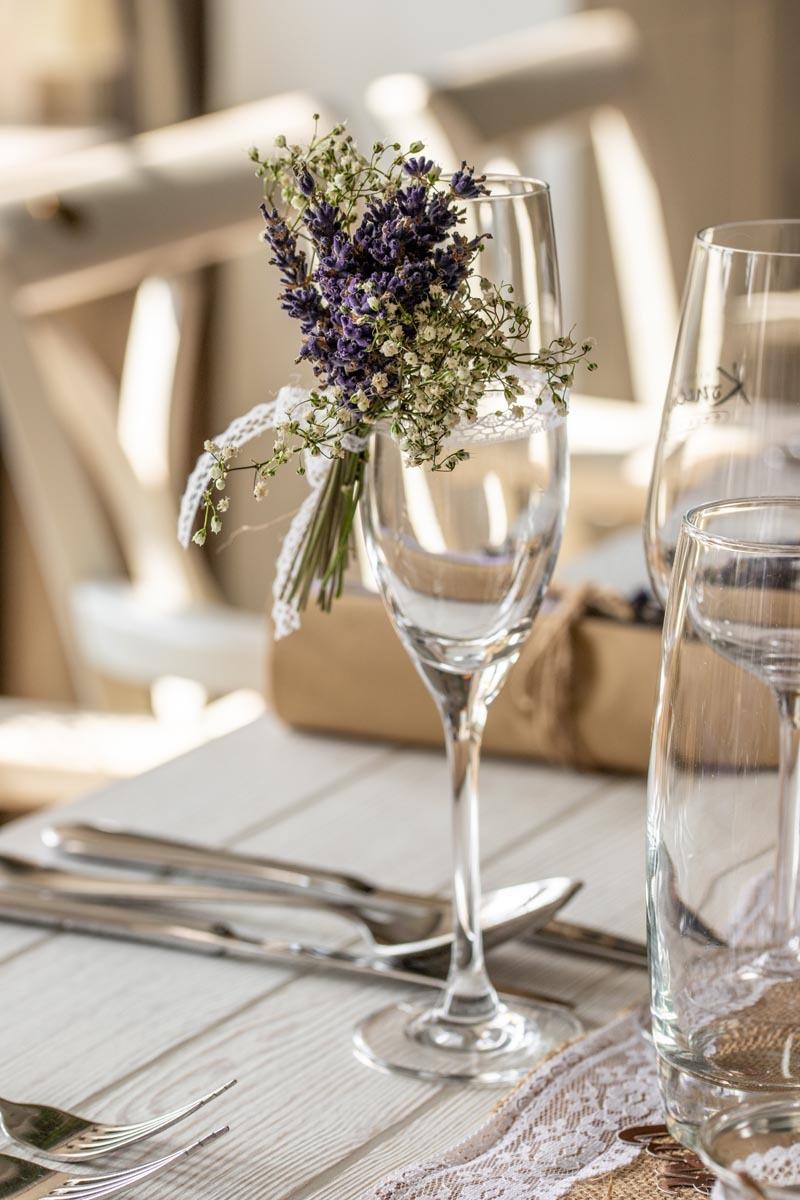 Svatební zátiší, sklenička s levandulí