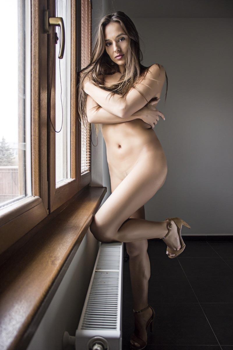 Glamour foto - DominikaC u okna akt
